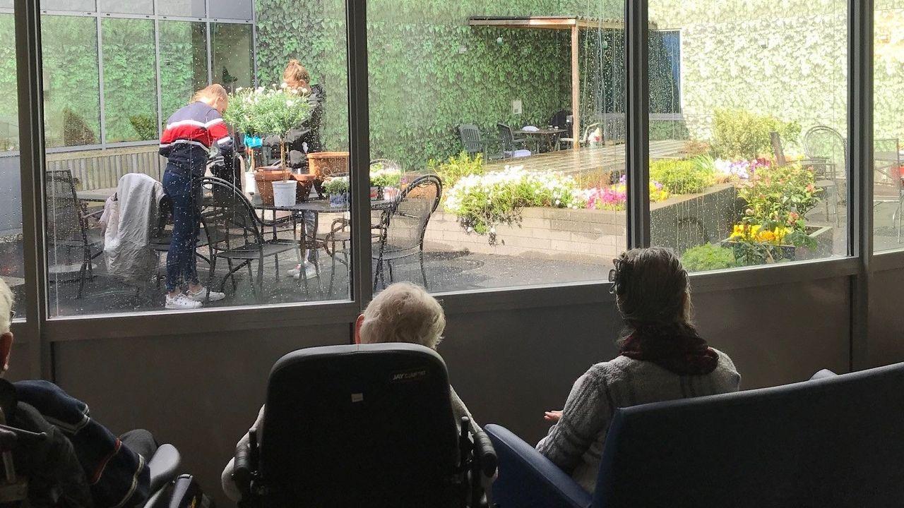 Leerlingen knappen binnentuin Rinnebeek op